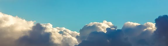 Blue sky over white clouds Royalty Free Stock Photography