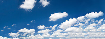 Bright summer sky with cumulus clouds Royalty Free Stock Photos