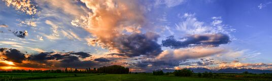Free Bright Sunlight Through The Clouds Against A Breathtaking Evening Sky At Sunset. Stock Images - 190295244