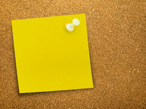 Bright yellow reminder note on notice board Royalty Free Stock Photos