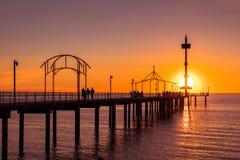 Brighton Beach-Anlegestelle mit Leuten stockbild