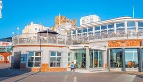 Brighton Beach Club am seafont - BRIGHTON, VEREINIGTES KÖNIGREICH - 27. FEBRUAR 2019 lizenzfreie stockfotos