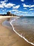 Brighton Beach in den blauer Himmel-Weiß-Wolken Brooklyns stockfotos