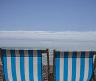 Brighton, chaises de plage photo stock