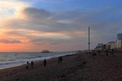 BRIGHTON, EAST SUSSEX, ANGLETERRE, R-U - 13 NOVEMBRE 2018 : Les gens appréciant les couleurs du coucher du soleil chez Brighton B photo libre de droits