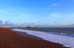 BRIGHTON, EAST SUSSEX, ENGELAND, HET UK - 13 NOVEMBER, 2018: Het strand van Brighton vóór zonsondergang royalty-vrije stock fotografie