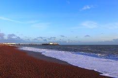 BRIGHTON EAST SUSSEX, ENGLAND, UK - NOVEMBER 13, 2018: Brighton strand för solnedgång royaltyfri fotografi