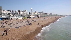 Brighton East Sussex ocupado no feriado oficial com os povos na praia vídeos de arquivo