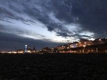 Brighton en la noche imagenes de archivo