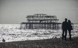 Brighton, Engeland - de het Westenpijler in de avond stock fotografie