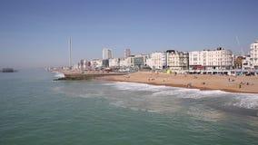 Brighton England com praia, ondas e itower no dia bonito video estoque