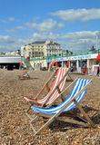 Brighton England - Klappstühle auf Brighton setzen auf den Strand. Lizenzfreies Stockbild