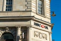 Brighton England-6 Oktober, 2018: Den HSBC banken undertecknar in ingången av kontoret för den HSBC bankfilialen i stadsstaden av royaltyfria bilder
