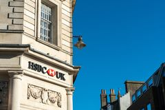 Brighton England-6 Oktober, 2018: Den HSBC banken undertecknar in ingången av kontoret för den HSBC bankfilialen i stadsstaden av royaltyfri fotografi