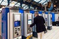 Brighton, England-18 Październik, 2018: Taborowego bileta maszyna lub taborowego bileta automaty dla samoobsługi na z pasażerem p zdjęcie stock