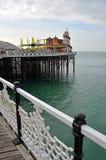 Brighton England - vue de Brighton Pier Amusement Arcade et d'Ente photographie stock libre de droits