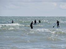 BRIGHTON, HET OOSTEN SUSSEX/UK - 24 MEI: De mensen paddelen het inschepen bij Br Stock Fotografie