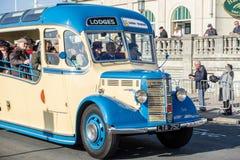 BRIGHTON, HET OOSTEN SUSSEX/UK - 1 NOVEMBER: Het oude Bus naderbij komen Stock Foto's