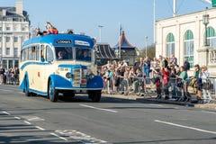 BRIGHTON, HET OOSTEN SUSSEX/UK - 1 NOVEMBER: Het oude Bus naderbij komen Stock Fotografie
