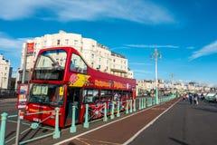 Brighton, Inghilterra 19 ottobre 2018: I bus di giro della città per fare un giro turistico, il tetto aperto, luppolo sopra parto fotografie stock libere da diritti
