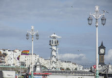 Brighton, Inglaterra - orilla del mar/cielos azules Imagen de archivo libre de regalías
