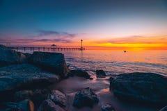 Brighton Jetty avec des personnes au coucher du soleil Image stock