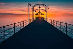 Brighton Jetty con la gente al tramonto Fotografia Stock Libera da Diritti