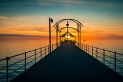 Brighton Jetty mit Leuten bei Sonnenuntergang Stockbild