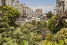 Brighton - la città, un giardino con un banco fotografia stock libera da diritti