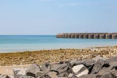 Brighton Marina avec un ciel bleu aérien images libres de droits