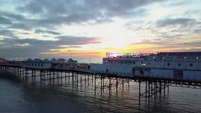 Brighton Pier Aerial en la salida del sol salida del sol de la mañana en el embarcadero icónico en Brighton metrajes
