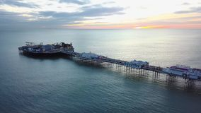 Brighton Pier Aerial no nascer do sol nascer do sol da manhã no cais icônico em Brigghton filme