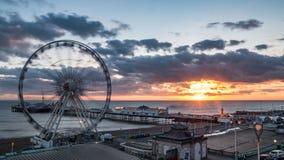 Brighton Pier, anche conosciuto come il pilastro del palazzo e la ruota di Brighton al tramonto Fotografia Stock Libera da Diritti