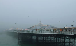 Brighton Pier dans la brume Photos stock