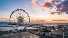 Brighton Pier e la ruota di Brighton al tramonto Immagini Stock