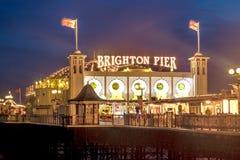Brighton Pier en la noche, Sussex, Inglaterra, Reino Unido Foto de archivo libre de regalías