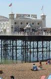 Brighton Pier et plage. Le Sussex. Angleterre image stock