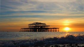 Brighton Pier framme av en höstsolnedgång royaltyfri bild