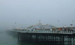 Brighton Pier i misten Arkivfoton