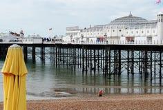 Brighton Pier, mening van het strand met zwemmer royalty-vrije stock foto