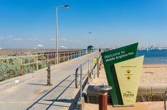 Brighton Pier moyen avec la structure de signe et de pilier photo libre de droits