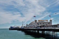 Brighton-Pier am sonnigen Tag lizenzfreie stockbilder
