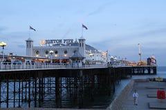 Brighton Pier stak omhoog bij schemer aan Royalty-vrije Stock Afbeeldingen