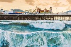 Brighton Pier, Brighton, Sussex, Groot-Brittannië op een onweersavond bij D stock fotografie
