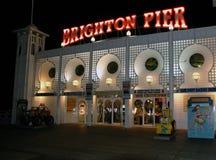 Brighton Pier-Unterhaltungssäulengang nachts stockbilder