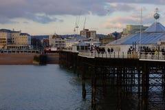 Brighton Pier - visión hacia la playa de la ciudad foto de archivo