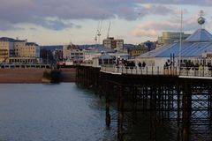 Brighton Pier - vue vers la plage de ville photo stock