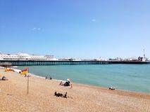 Brighton Pier y playa Imagen de archivo libre de regalías