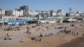 Brighton plażowy ruchliwie z turystami i gościami na dniu wolnym od pracy w pięknym pogodowym niecka widoku zdjęcie wideo