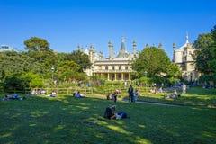 Brighton Royal-Pavilion et raisons avec la détente de personnes images libres de droits